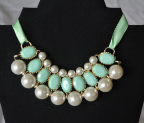 Pearly bib – Mint green